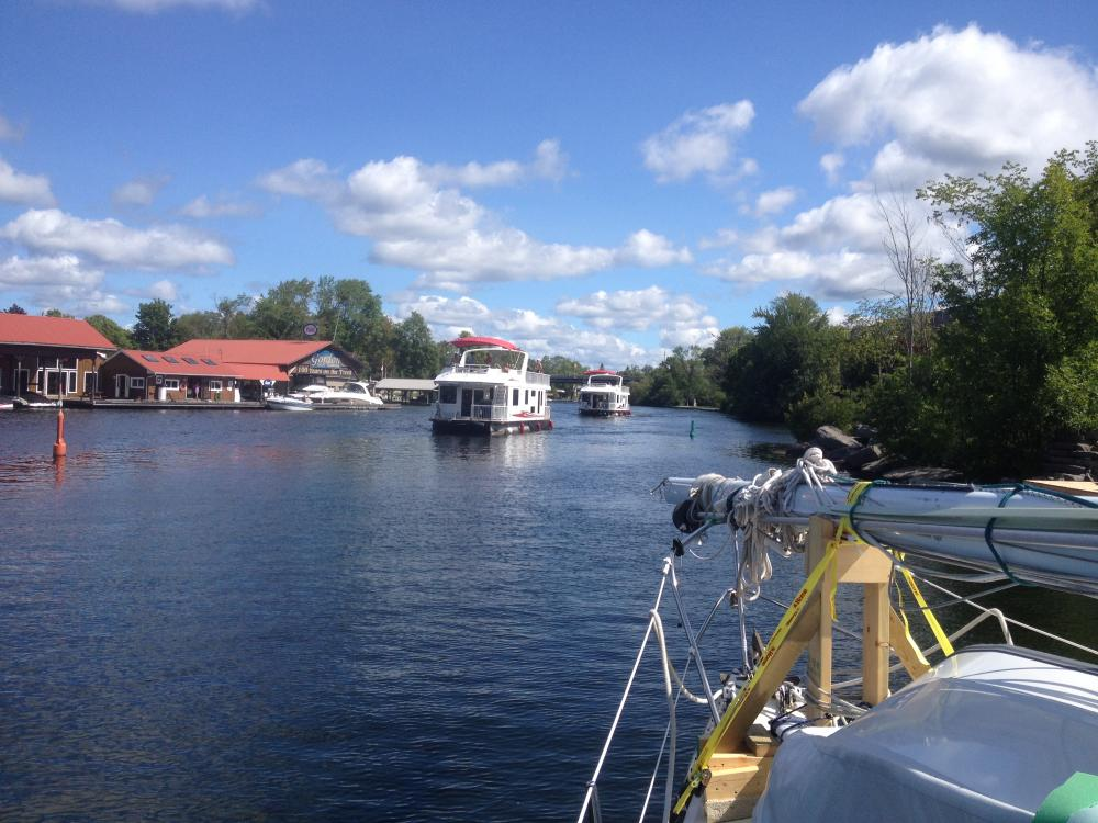 Buckhorn Lake Lock: Crazy Saturday traffic with rental house boats on the loose