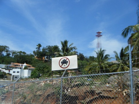 No pooping sign on a gringos newly purchased property.